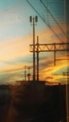 Volto al tramonto (Celeste Messina) Tags: sunset sky man reflection texture face clouds train tramonto nuvole railway uomo smartphone cellulare cielo treno viso riflesso elettricit ferrovia faccia cavi volto huawei altatensione cieloaltramonto