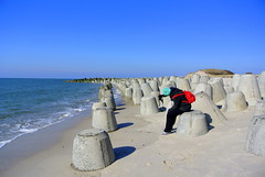 Photograph The Photographer (ivlys) Tags: nature germany landscape island deutschland daughter insel sylt landschaft allemagne schleswigholstein tochter katharina nordfriesland tetrapoden strandbefestigung ivlys