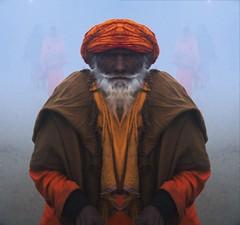 Baba Santacittaramanadahomelessgurudeva (Carlo Di Campli) Tags: portrait india fog alba religion mirrored editing hinduism nebbia ritratto guru allahabad postproduzione nikond7000 kumbamela2013