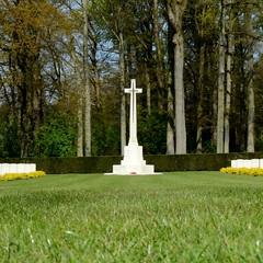 Arnhem Oosterbeek War Cemetery. Monument. (frankvanroon) Tags: monument cemetery nikon cross respect arnhem honor airborn begraafplaats oosterbeek warcemetery crossofsacrifice ereveld d7000