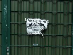 Private Knitterfalten (mkorsakov) Tags: city green sign fence schild grn wtf zaun dortmund innenstadt privat verbot gebot eigentumistdiebstahl zerknittert unionviertel