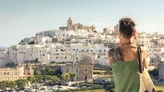 fografando Ostuni (ROSSANA76 Getty Images Contributor) Tags: panorama donna italia case chiesa bianca turismo borgo puglia paesaggio sud citt fotografa ostuni colle tatuaggi