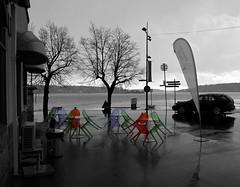 Ruskigt aprilvder och vergivna cafstolar (Vaxholm) (webbgun) Tags: snow badweather vaxholm uppland roslagen stockholmsskrgrd cafechairs hamngatan vrbilder icecreamparlors aprilvder springpictures ruskvder snbyar glasscafer