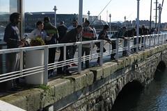 De pesca (Micheo) Tags: sol sunshine puerto muelle spain harbour asturias gijon