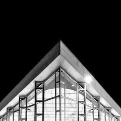 Longchamp (DidWee) Tags: brussels urban white black architecture night composition square blackwhite nikon noir noiretblanc geometry bruxelles symmetry tamron nuit blanc piscine greyscale carr longchamp archi symetrie uccle tamron1530