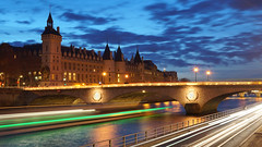 Pont au Change et Conciergerie  l'heure bleue, Paris (Yann OG) Tags: longexposure bridge sunset cloud paris france seine river french boat cit berge pont bluehour nuage bateau 169 quai franais parisian coucherdesoleil le conciergerie cartrails parisien poselongue sigma30mm heurebleue