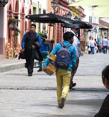 """San Cristóbal de las Casas: un jeue cireur de chaussures... <a style=""""margin-left:10px; font-size:0.8em;"""" href=""""http://www.flickr.com/photos/127723101@N04/25536653272/"""" target=""""_blank"""">@flickr</a>"""