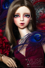 Vermillion Queen (= ann =) Tags: red sunlight fashion doll femme feather peacock lapland pearl bjd superdollfie volks reddress balljointed sd16