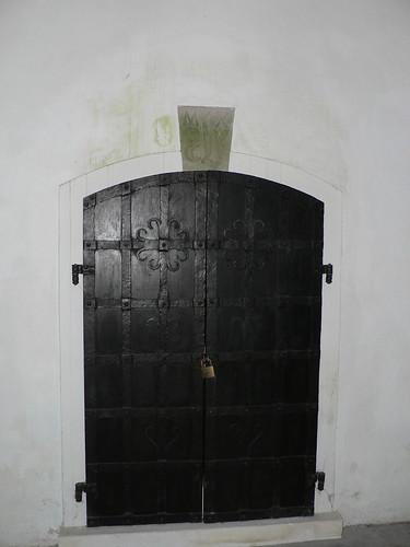 Krypta der alten um 1189 erbauten ref Kirche zu Leer. Tür zur inneren Grabkammer.