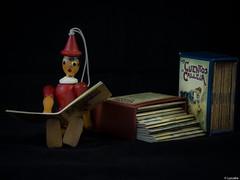 Vivir del cuento 1 (Luicabe) Tags: madera cuento interior libro estudio luis muñeco papel zamora literatura miniatura cabello pinocho fondonegro yarat1 enazamorado luicabe