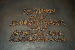 Zum Gedenken (Florian Hardwig) Tags: bronze plaque hamburg explore lettering altona raised altonaerrathaus