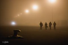 55/365 (Roberto EYEPICS) Tags: cuatro luces noche muelle gente farolas niebla andando