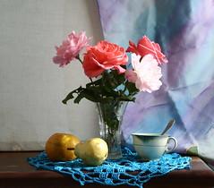 Naturaleza con rosas y frutas. (leograttoni) Tags: stilllife rose buenosaires interior crochet rosa spoon fruta teacup taza naturemorte laplata vace naturalezamuerta cuchara florero