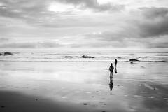 Richtung Ozean (Jakob Naurath) Tags: street beach portugal strand canon deutschland photography flickr fotografie streetphotography creativecommons kamera geschwister schwarzweis naurath 400d strasenfotografie