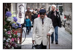 L'homme lgant (SiouXie's) Tags: street city portrait colors fuji couleurs rouen fujifilm normandie rue normandy ville 55200 siouxies fujixe2