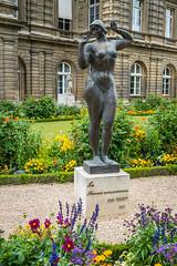 La Femme aux pommes (Serendigity) Tags: city flowers sculpture woman paris france garden nude 1937 jardinduluxembourg