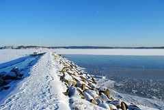 Vickans pir (Bettysbilder) Tags: winter snow ice nature landscape outdoors coast pier is seaside vinter natur sn vatten pir utomhus
