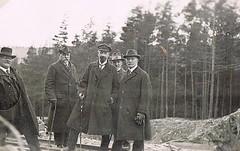 Canes (TrueVintage) Tags: bw men cane 1930s hats gruppenfoto canes oldphoto sw groupshot foundphoto mnner vintagephoto hte gehstock vintagemen gehstcke
