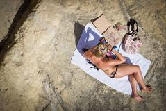 la disegnatrice di La Valletta (ROSSANA76 Getty Images Contributor) Tags: relax donna costume mediterraneo mare arte malta roccia colori spiaggia disegno corpo artista lavalletta chiese cupole cattura gessetti disegnatice