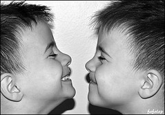 Tte  tte entre frangins...... (FAFALAP) Tags: noiretblanc enfants sourire profil rire jumeaux
