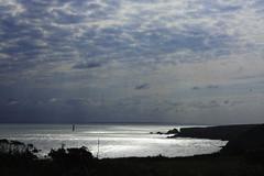 Depuis l'embarcadre (Ingrid) Tags: light sea cloud sun mer island soleil contraste nuages couch le