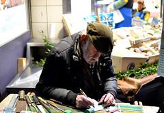 Artisan minutieux au travail (Ccile Pommeron) Tags: paris montmartre artisan