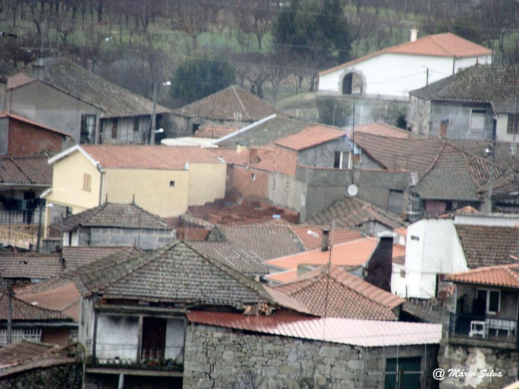 Águas Frias (Chaves) - ... telhados da Aldeia ...