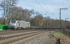Duisburg Akiem 37053 met platte staalwagens