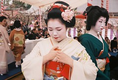 梅花祭 2015 (Stéphane.) Tags: film japan analog 35mm kyoto fuji superia geiko geisha electro fête yashica japon argentique 北野天満宮 pruniers 35gsn 梅花祭
