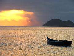 Mirando el atardecer (nico_rata) Tags: viaje naturaleza sol azul brasil riodejaneiro relax atardecer mar barco barcos playa buzios arena cielo verano turismo naranja placer descanso