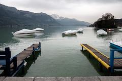 Lac d'Annecy (Bob03C) Tags: france annecy jaune montagne lac bleu savoie nuages bateau ponton brume jetdeau lacdannecy classicchrome
