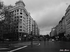 Por las calles de Madrid (Jotha Garcia) Tags: madrid street monochrome rain buildings monocromo calle edificios track via arquitecture blackwithe huawei madriz luvia jothagarcia