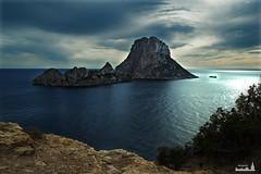 Es Vedr (mjoaquinm) Tags: sunset sea naturaleza nature clouds island atardecer nikon rocks magic bluesky ibiza nubes 1855mm nikkor eivissa effect islas mediterrneo esvedr nikonistas