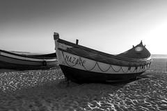 Barcas de Nazar (blanco y negro / b&w)  ;-) (Jo March11) Tags: blancoynegro portugal canon monocromo mar barca playa arena canoneos leiria atlntico horizonte nazar ocano monocromtico barcadepesca ieletxigerra idoiaeletxigerra eletxigerra barcasalvamento