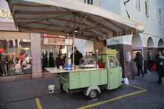 2015 12 06 Alto Adige - Merano - Mercatini di Natale_0053 (Kapo Konga) Tags: originale bancarella altoadige merano apecar wurster mercatini personaggio mercatinidinatale paninaro