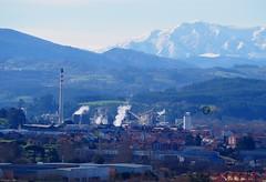 Industria y montaas. (dlmanrg) Tags: espaa nieve neige chimeneas montaa industria industrie cantabria montaas solvay torrelavega