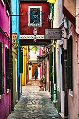 Tornando a casa - Going back home (robmanf55) Tags: street venice colors colorful streetphotography venezia burano shoppingbag camminare borsadellaspesa