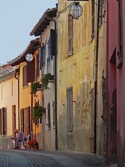 Piemont, farbige Gasse (duqueros) Tags: city italien italy alley italia stadt colourful farbig citt gasse piemont duqueiros monfortedalba