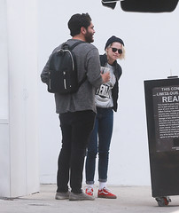 FFN_IMAGE_52039305 FFN_SET_70006171 (robstensimplesmente.amor) Tags: usa sunglasses jeans beverlyhills redshoes blackhat blacktop kristenstewart