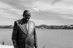 Menzies statue, lakeside (i-lenticularis) Tags: blackandwhite bw film monochrome australia canberra leicam2 ilfordfp4 menzies politicalhistory leicasummicron50dr