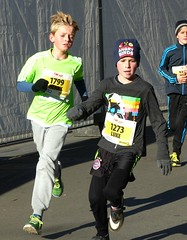 Zürcher Silvesterlauf (Cavabienmerci) Tags: boy sports boys sport kids race children schweiz switzerland kid à child suisse zurich running run course runners pied runner laufen läufer lauf coureur zürcher silvesterlauf coureurs