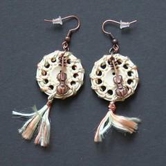 violons2 (fabrikarine) Tags: fleur vintage collier bijoux plastic boucle fou cuivre doreille