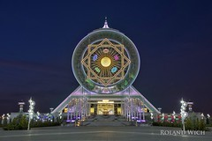 Ashgabat - Alem Cultural and Entertainment Center (Rolandito.) Tags: light wheel night lights evening abend licht nacht dusk centre illumination indoor ferris center illuminated entertainment dmmerung cultural lichter turkmenistan ashgabat alem aschgabat lem