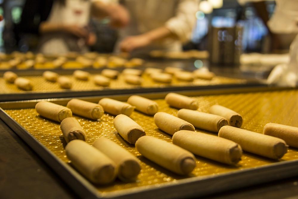 Fazendo biscoito na Kambly - caprices antes do banho de chocolate