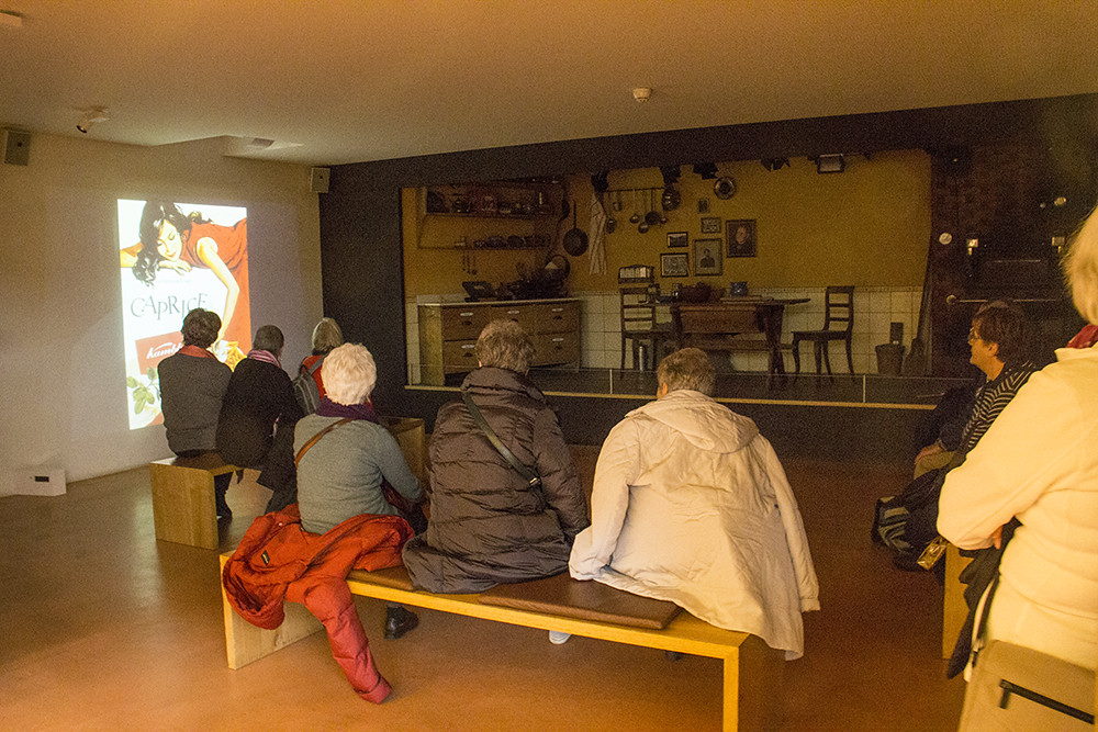 Kambly - clientes vendo o filme da fábrica