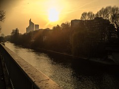 Peaceful Sunbeam (Fabrice T.) Tags: sunset water soleil ladefense coucherdesoleil iphone laseine