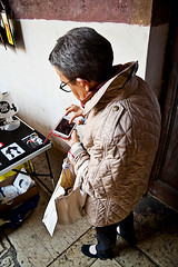 Non  mai tardi per aggiornarsi... (Davide Osmani - Osma) Tags: street old touch smartphone moderno tecnology vecchio nuovo