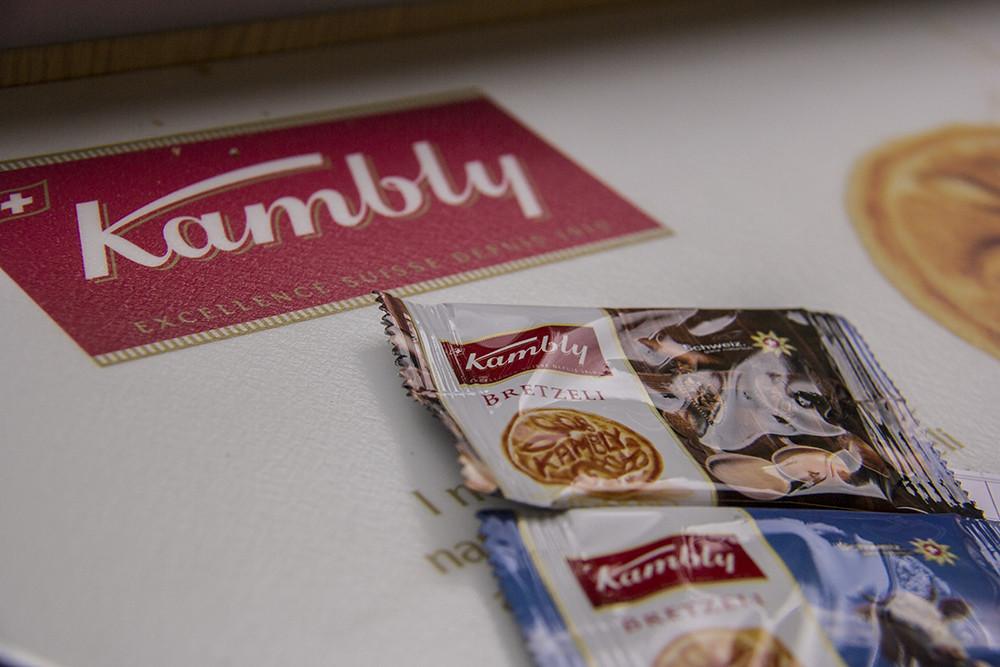 Presente trem Kambly - Bretzeli individuais em cima da mesa com o logo da fábrica