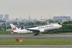 JAL JA8985 (4400) Tags: airplane aircraft jal itm b772 rjoo ja8985