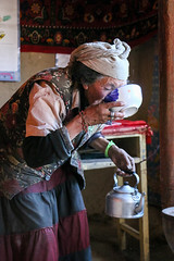 A Tajik woman drinking tea, Tashkurgan (inchiki tour) Tags: travel people house highway village tea snapshot uighur xinjiang silkroad karakoram kkh  uyghur traveling tajik centralasia  chai pamir  chay  2015 tashkurgan  taxkorgan karakoramhighway tashkorgan